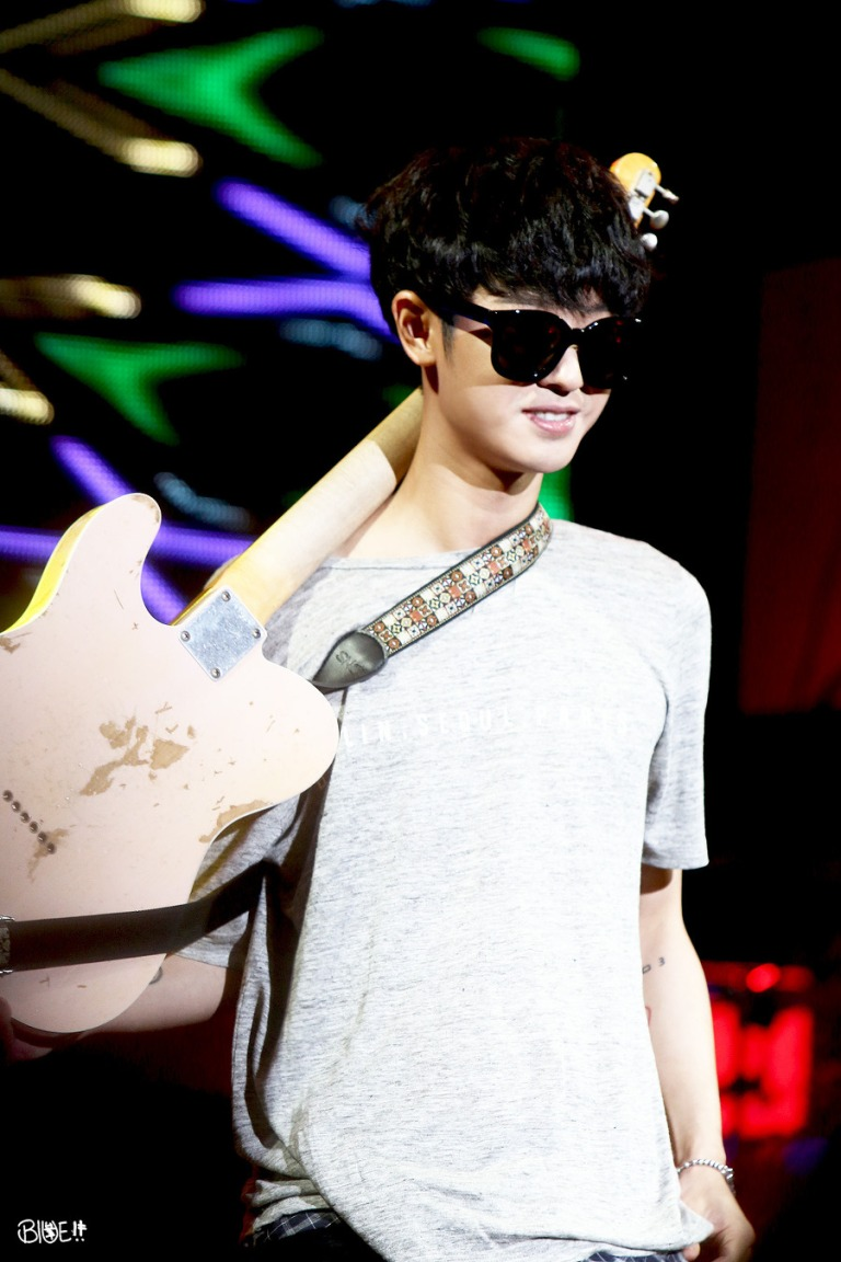 Jung Joon Young's Heavy Relic Fender guitar at Ulsan performance in 2015