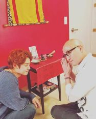 Jung Joon Young smiling to Tony Hong while recording Old House New House
