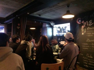 jung joon young with team Hit Maker watching episode 1 together in HongDae on May 6, 2016