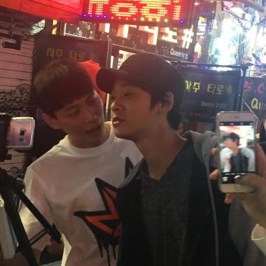 jung joon young with team Hit Maker watching episode 1 together in HongDae