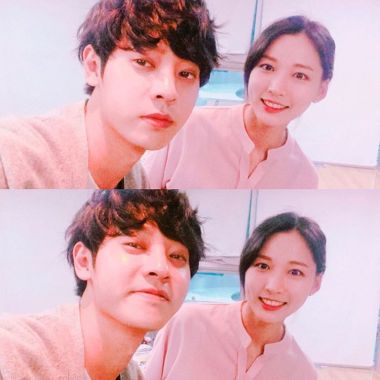 Jung Joon Young with partner Park Sung Mi behind the scene of MBC Duet Song Festival on April 2016