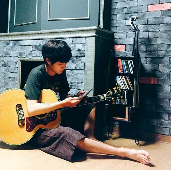 Jung Joon Young showing his Middle Ages room on Geek Magazine Aug 2016