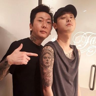 Jung Joon Young showing off his new tattoo beside his tattoo artist in Febuary 2017
