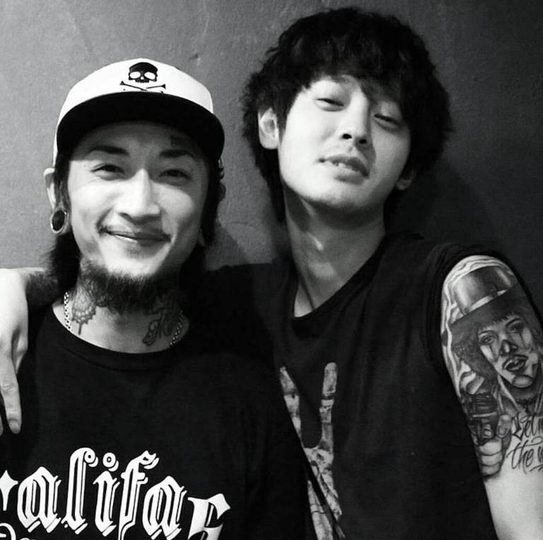 Jung Joon Young with his tattoo artist mogly_tattooer