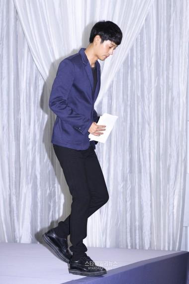 Jung Joon Young rời họp báo ngày 25/9