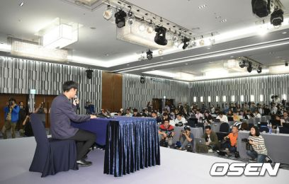 Jung Joon Young exlaining his case in front of reporters at urgen press conference on Sept 25 2016
