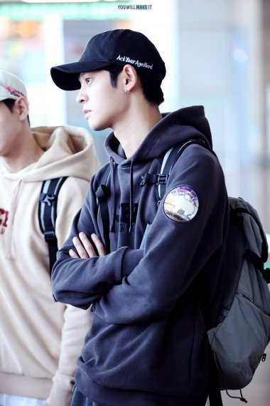 Jung Joon Young wearing ballcap Act Your Age Nerd at Incheon Airport on Sept 17, 2016