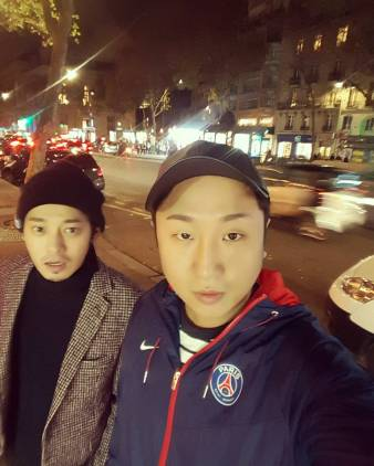 Jung Joon Young and his friend's selca in Paris on November 2016