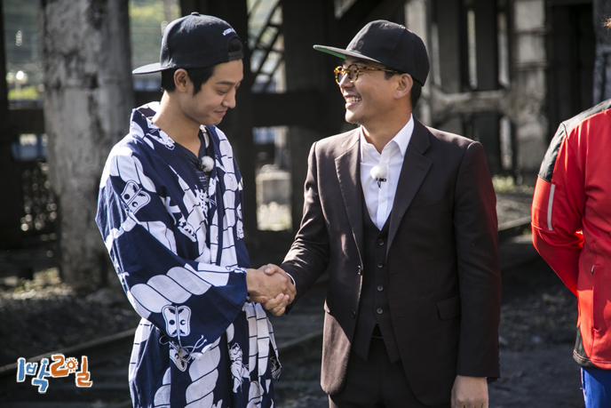 Kim Jun Ho - Jung Joon Young smiling at 2 days 1 night show