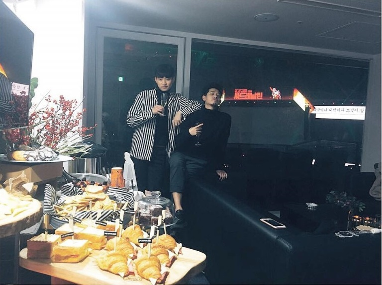Jung Joon Young enjoying PSY concert on December 24, 2016 with his friend