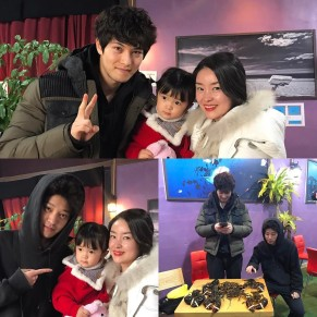 Jung Joon Young and Lee Jong Hyun taking pictures with fans after lobster fishing in 2017