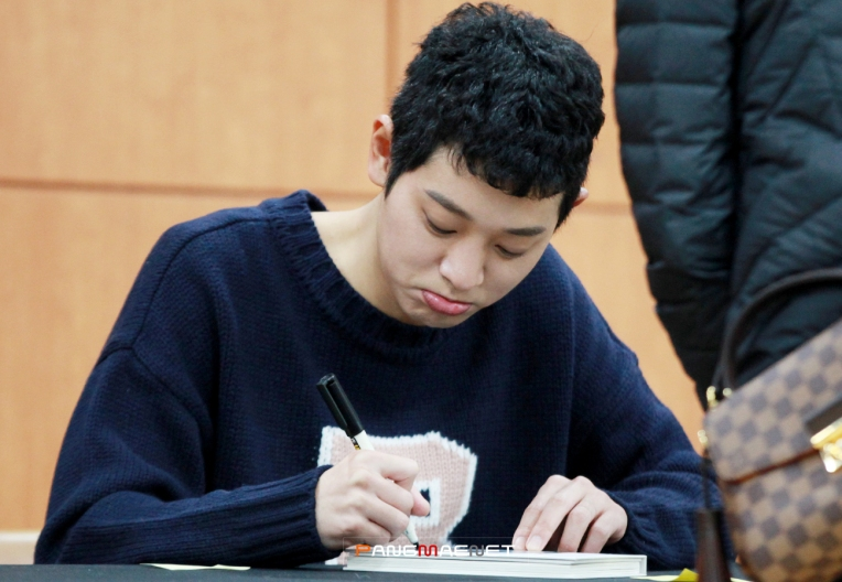 Jung Joon Young with fans at his fan signing event in Kangnam on Feb 18, 2017