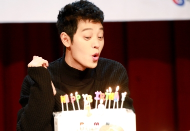 Jung Joon Young with his birthday cake from fans at his fan signing event on Feb 19, 2017
