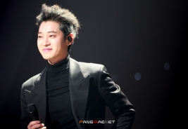Jung Joon Young smiling on stage of Yoo Hee Yeol's Sketchbook on Feb 2017
