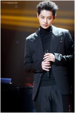 Jung Joon Young on stage of Yoo Hee Yeol's Sketchbook on Feb 11, 2017
