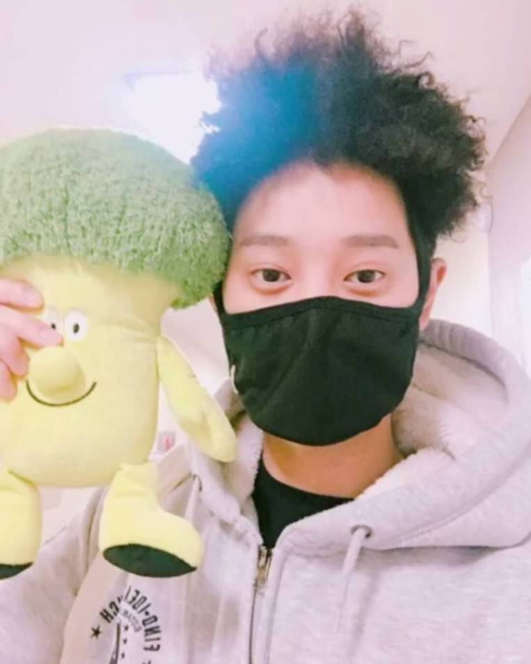 Jung Joon Young with broccoli doll from a fan at the shooting of Yoo Hee Yeol's Sketchbook on Feb 7, 2017