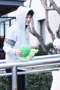 Jung Joon Young got a broccoli doll from his fan at shooting of Yoo Hee Yeol's Sketchbook on Feb 7, 2017