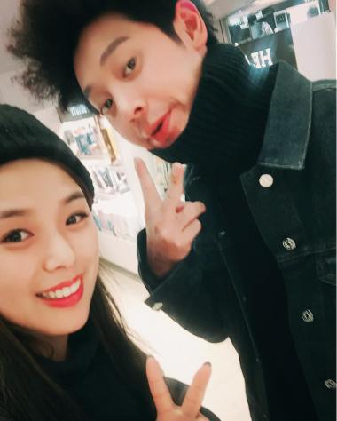 Jung Joon Young and his fan at airport going back to Korea from Japan on Feb 16, 2017