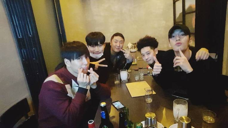 Jung Joon Young enjoying2017 New Year party with his friends at his restaurant