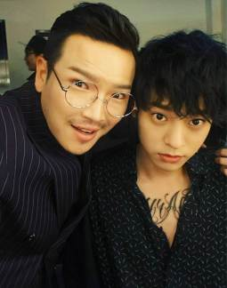 Jung Joon Young with MC Dingdong in backstage of Sympathy showcase on Febuary 24, 2016