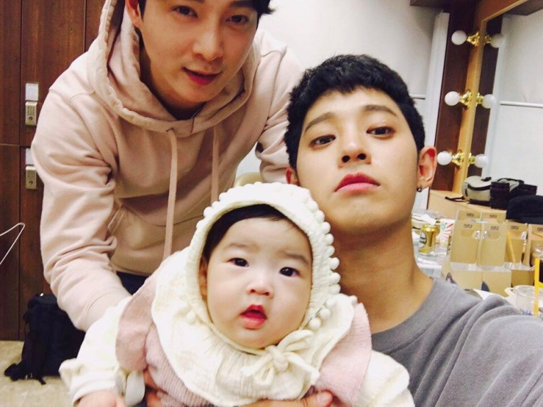 Jung Joon Young with his older brother and niece at backstage of concert in Daegu on March 2017